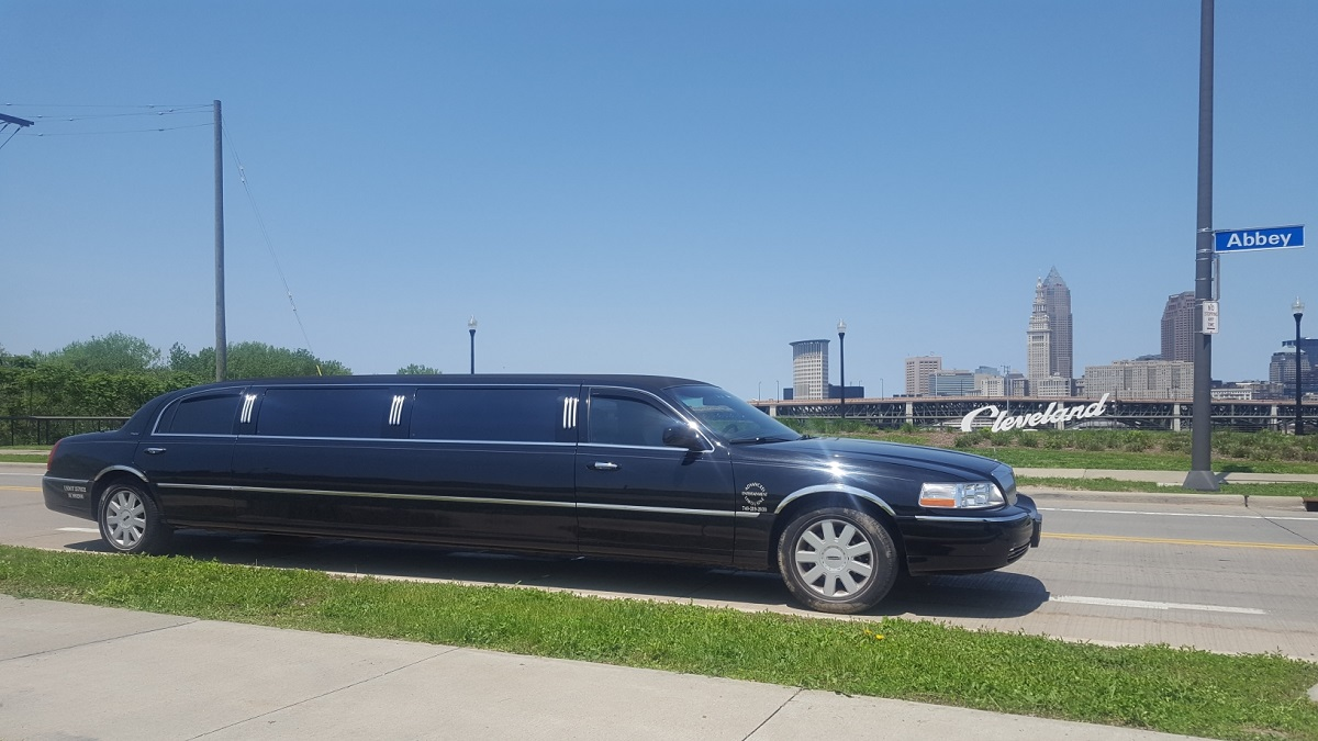 First Class Limos 10 Passenger Lincoln Towncar Limos